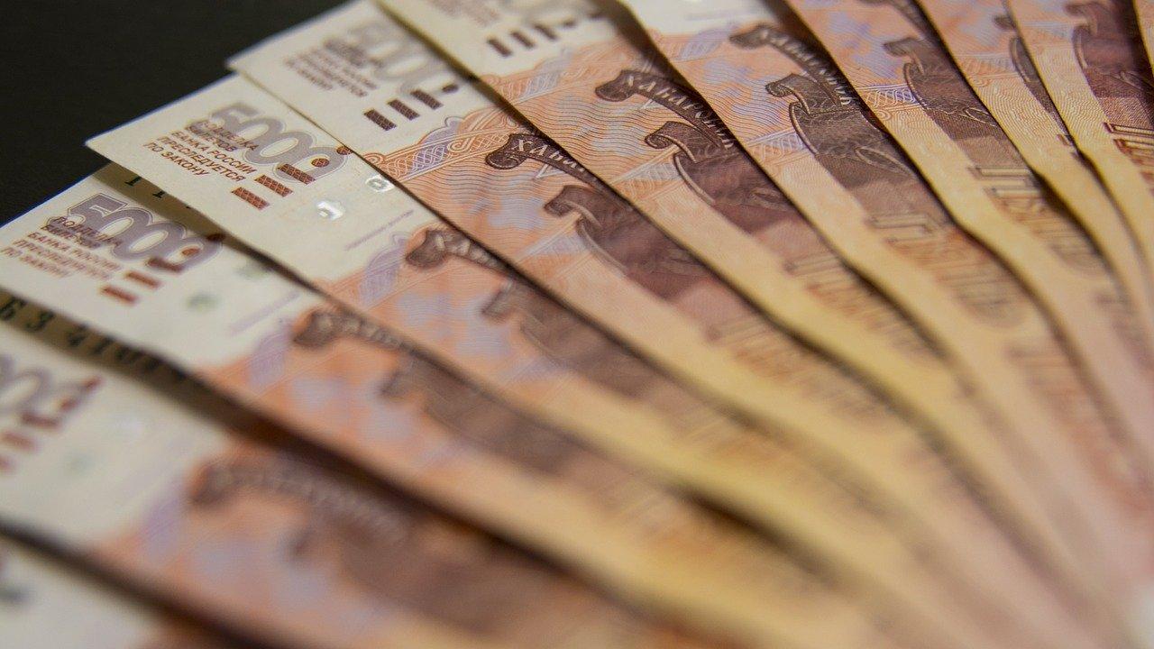 Всем бюджетникам в России с 1 октября на 3% поднимут зарплаты