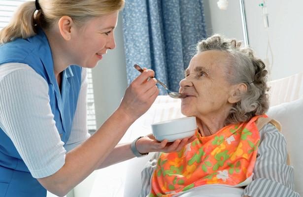 В Госдуму будет внесен законопроект о выплатах в 10 тысяч рублей по уходу за пожилыми